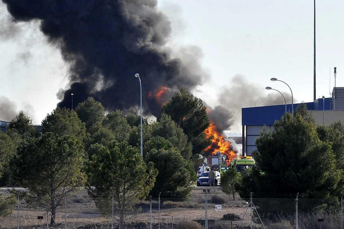 En rökpelare stiger mot himlen efter att ett F16-plan har kraschat på en militärbas i Spanien.