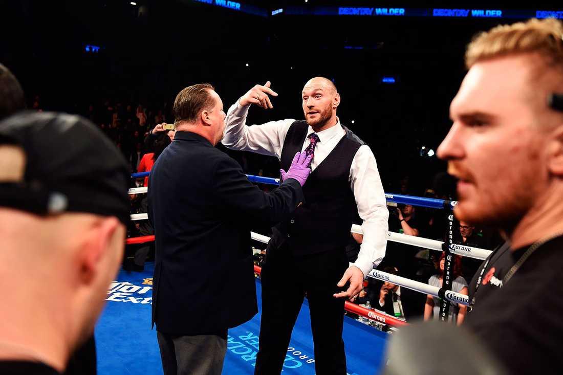 Britten Tyson Fury har bältet i WBO och var på plats i New York i natt. Direkt efter knocken stormade han ringen.