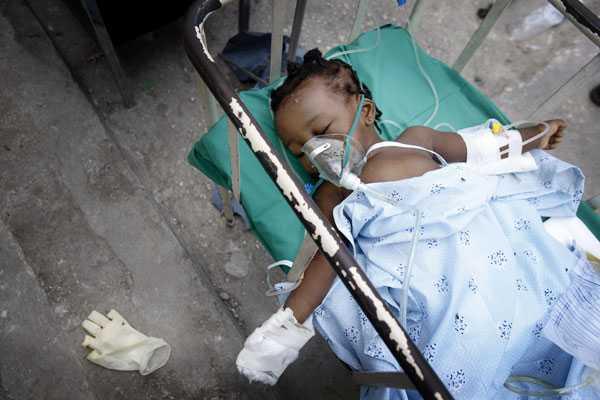 Barnen hårt drabbade På sjuksköterskeskolan i Léogane kämpar rektorn och tio studenter med att försöka rädda liv - här får en skadad okänd flicka vård.