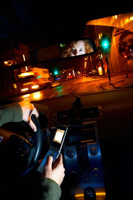Majoritet i riksdagen vill förbjuda användandet av mobiltelefonen vid bilkörning.