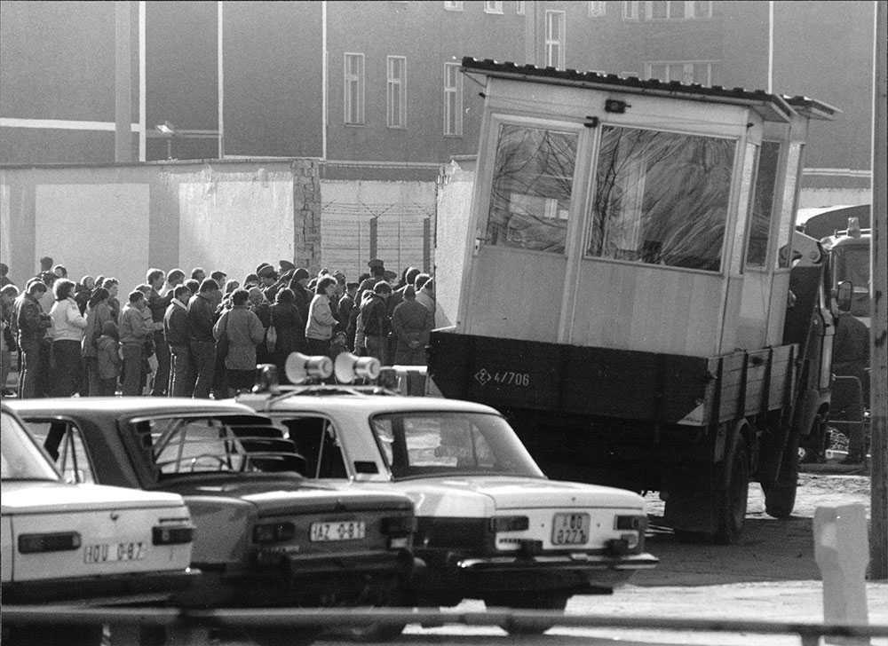 En vaktkur forslas bort efter att Berlinmuren fallit.
