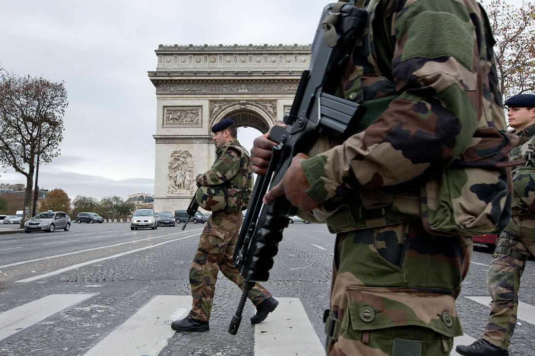 Fransk militär vid Triumfbågen, några dagar efter terrorattacken i Paris i november.