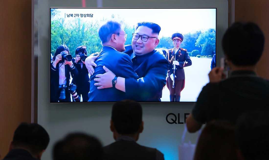 Ett kärvänligt möte mellan Kim Jong-Un och Sydkoreas president Moon Jae-In. Arkivbild.