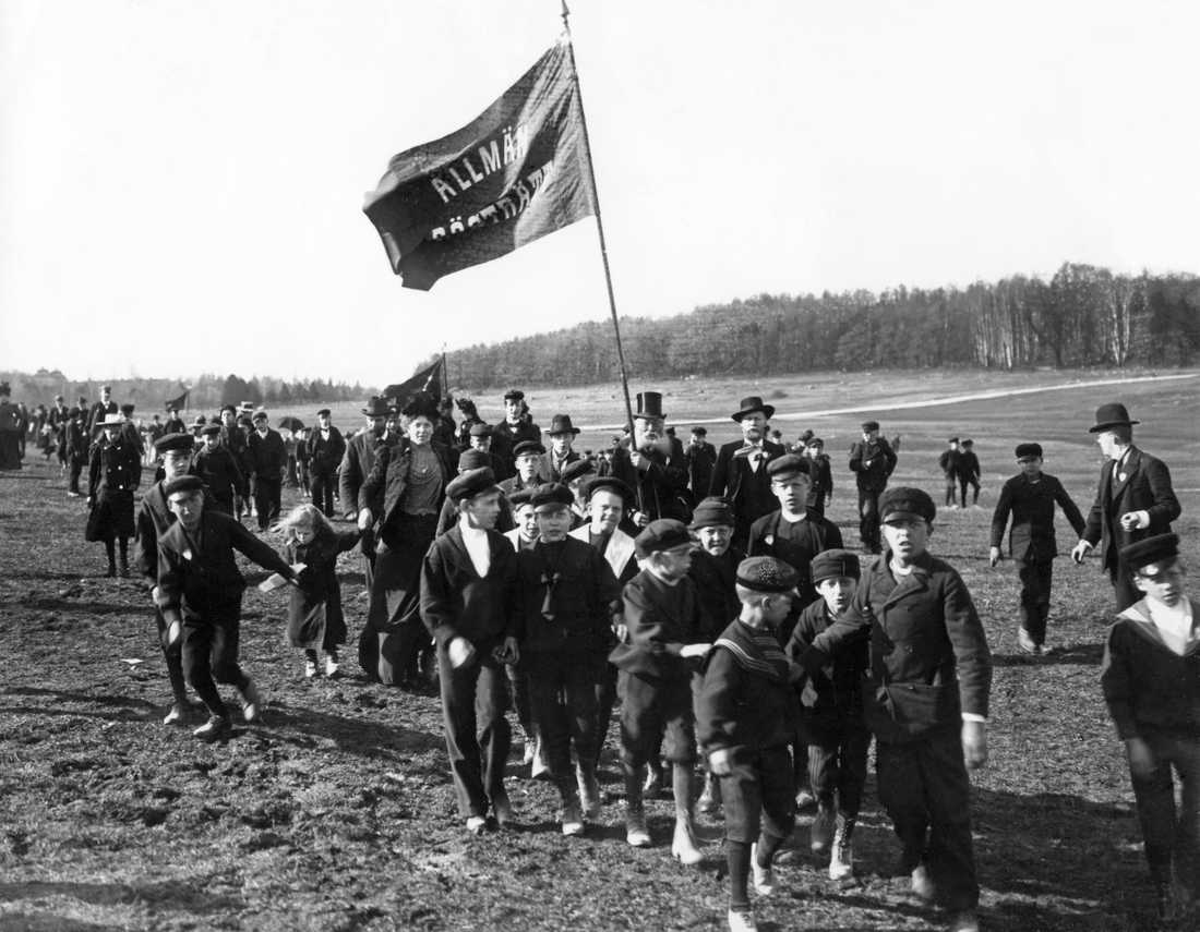 Förstamajdemonstration på Gärdet 1902 i Stockholm. Allmän rösträtt står det på fanan. Kampen för rösträtt var början på Sveriges väg mot det jämlikaste landet i modern tid, om man frågar vänstern.