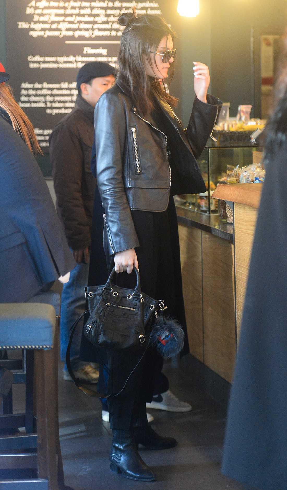 Kendall Jenner En outfit vi ofta ser Kendall i är bikerjacka, boots och svarta byxor. Vi gillar hennes avslappnade stil.