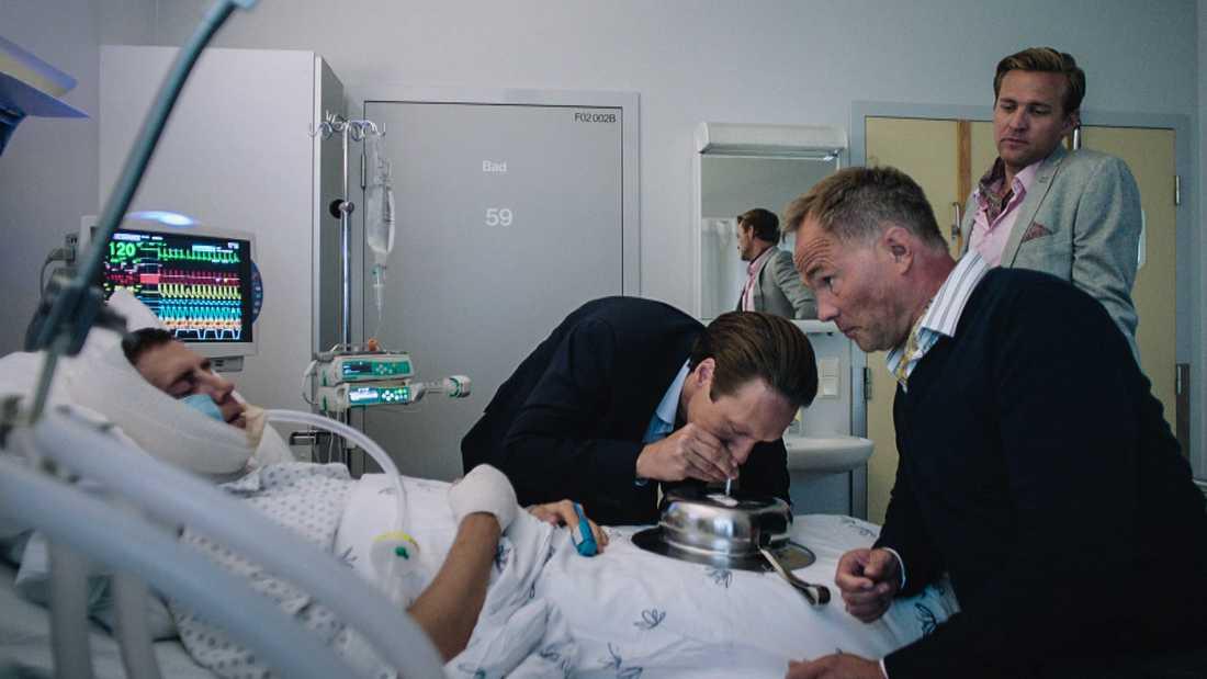 Adam, Henrik och Jeppe besöker sin nedsövde vän William på sjukhuset.