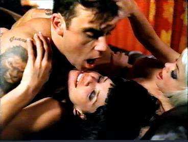 ORGIE EFTER FESTEN Robbie Williams nya musikvideo är hans mest vågade hittills. Efter en fest hamnar han i säng med två damer - som i snabba klipp byts ut till män. De starka scenerna, och nakna kropparna, har gjort att videon censurerats kraftigt.