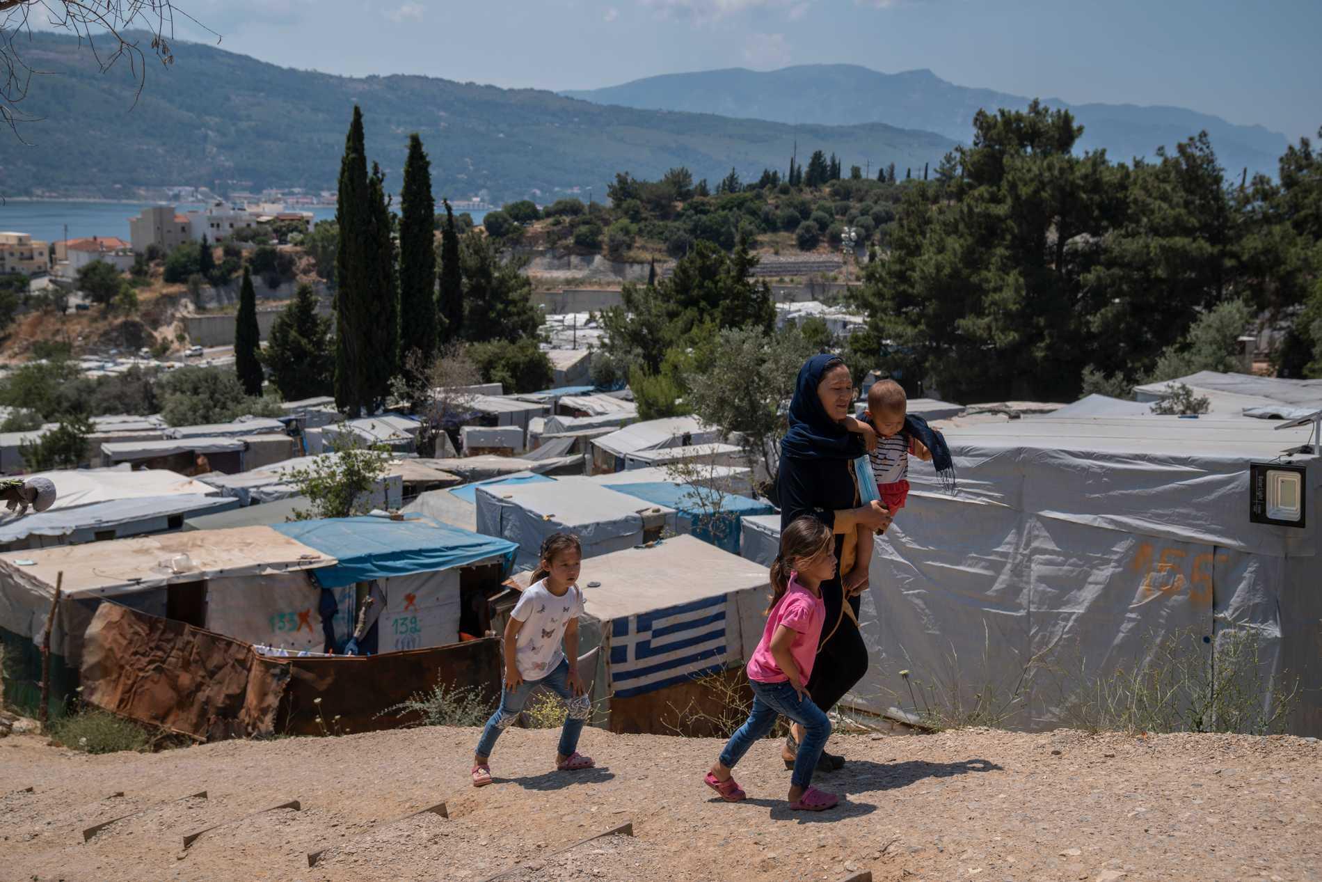 En kvinna från Afghanistan med sina tre barn i ett flyktingläger på Samos i Grekland. Bilden är från den 11 juni.