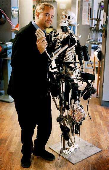 FÅR JAG LOV, PRISCILLA För att en robot ska fungera i mänsklig miljö måste den likna människan så bra som möjligt. Därför har Peter Nordin (på bilden) och hans kollegor på Chalmers utgått från ett människoskelett när de skapat roboten Priscilla.