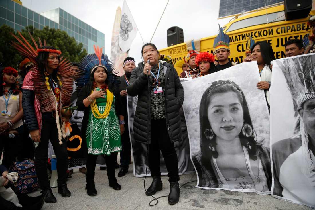 Miljöaktivister protesterar för mer klimaträttvisa utanför FN:s klimattoppmöte i Madrid.