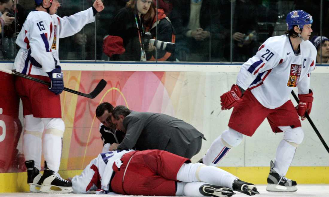 I OS i Turin 2006 fick Jagr en tryckare i matchen mot Finland. Här ligger han på isen medan lagkamraterna Tomas Kaberle och Robert Lang kallar på hjälp.