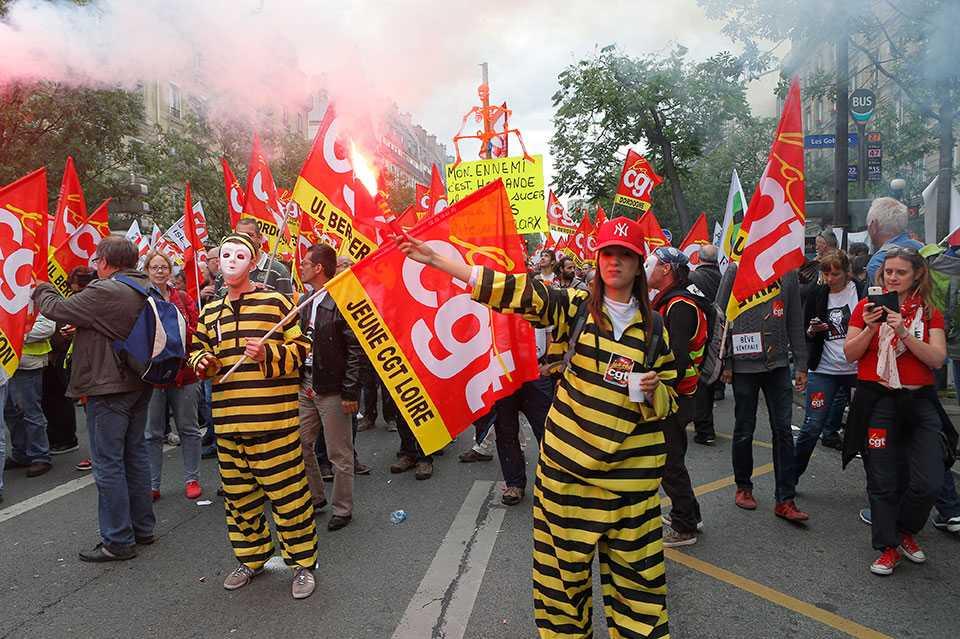 I Frankrike pågår just nu strejker och demonstrationer mot regeringens försämringar i arbetsrätt och kollektivavtal, lagförslag som är anpassade till finansvärldens krav.