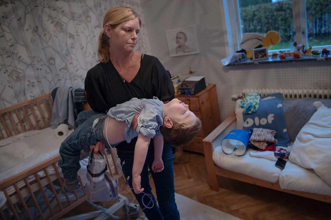 Olof, 2, har behöver hjälp med precis allt. Han har omfattande funktionshinder och får hjälp av sin mamma Karolina Hermansson. Föräldrarna, som har två barn till, mäktar inte själva med den juridiska kampen mot Försäkringskassan för att Olof ska få personlig assistans.