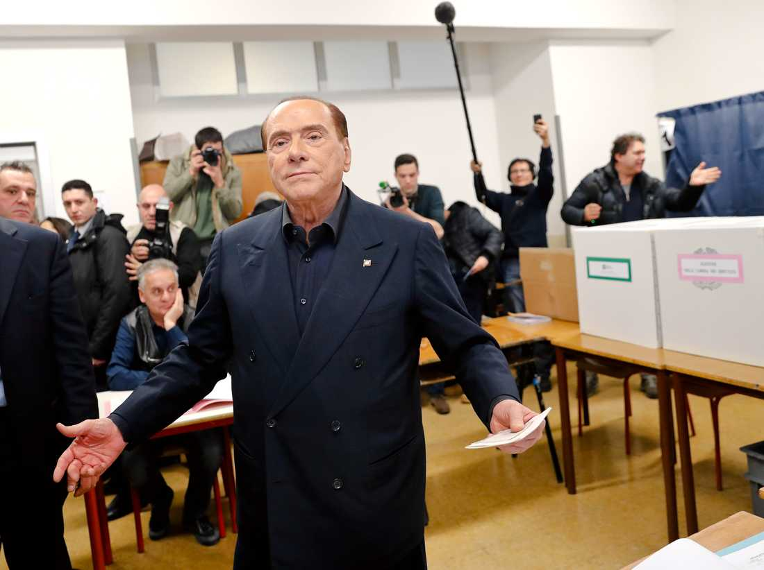 Den tidigare premiärministern Silvio Berlusconi röstade under söndagen. Hans Forza Italia ingår i en allians med Lega.