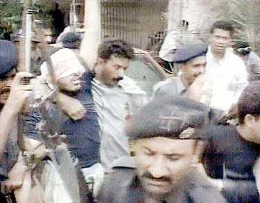 Efter en längre eldstrid grep pakistansk militär misstänkta al Qaida-medlemmar i Karachi. Gripandet i onsdags skedde efter ett tips och gjordes i samarbete med CIA ochh FBI.