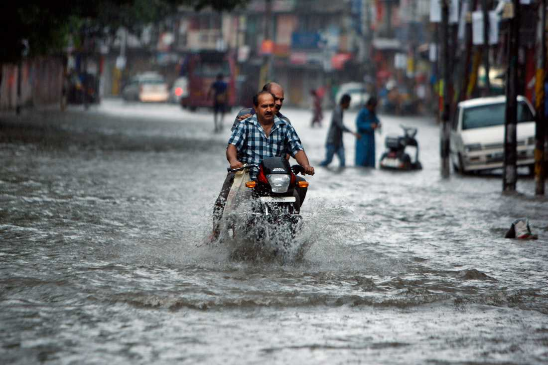 Det massiva regnandet i Indien fortsätter. Här försöker en man ta sig fram på gatorna i staden Jammu.