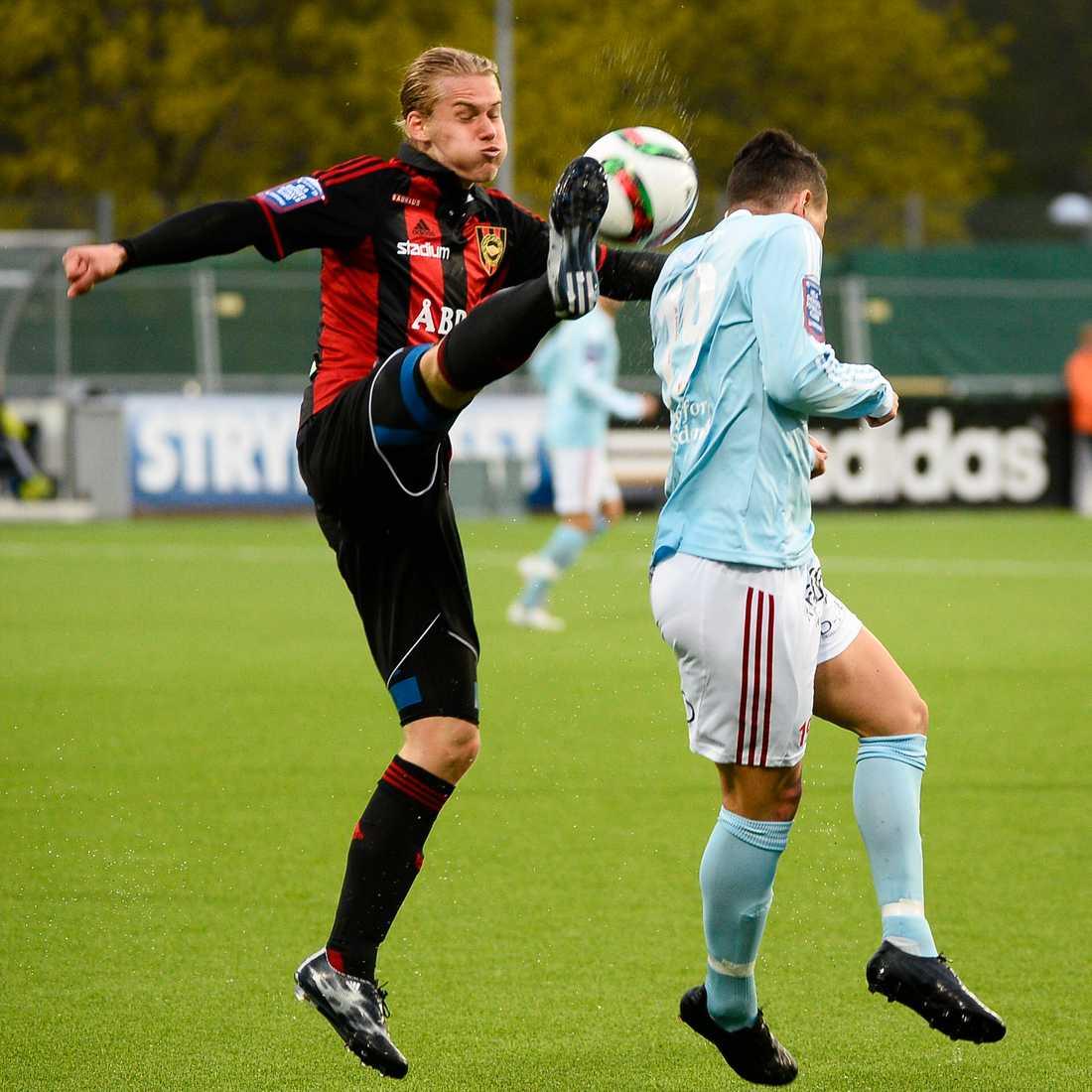 Felix Beijmo (t v) i kamp om bollen med Degerfors Fuad Hyseni under fotbollsmatch i Superettan mellan IF Brommapojkarna och Degerfors IF på Grimsta IP i Stockholm 5 maj 2015.