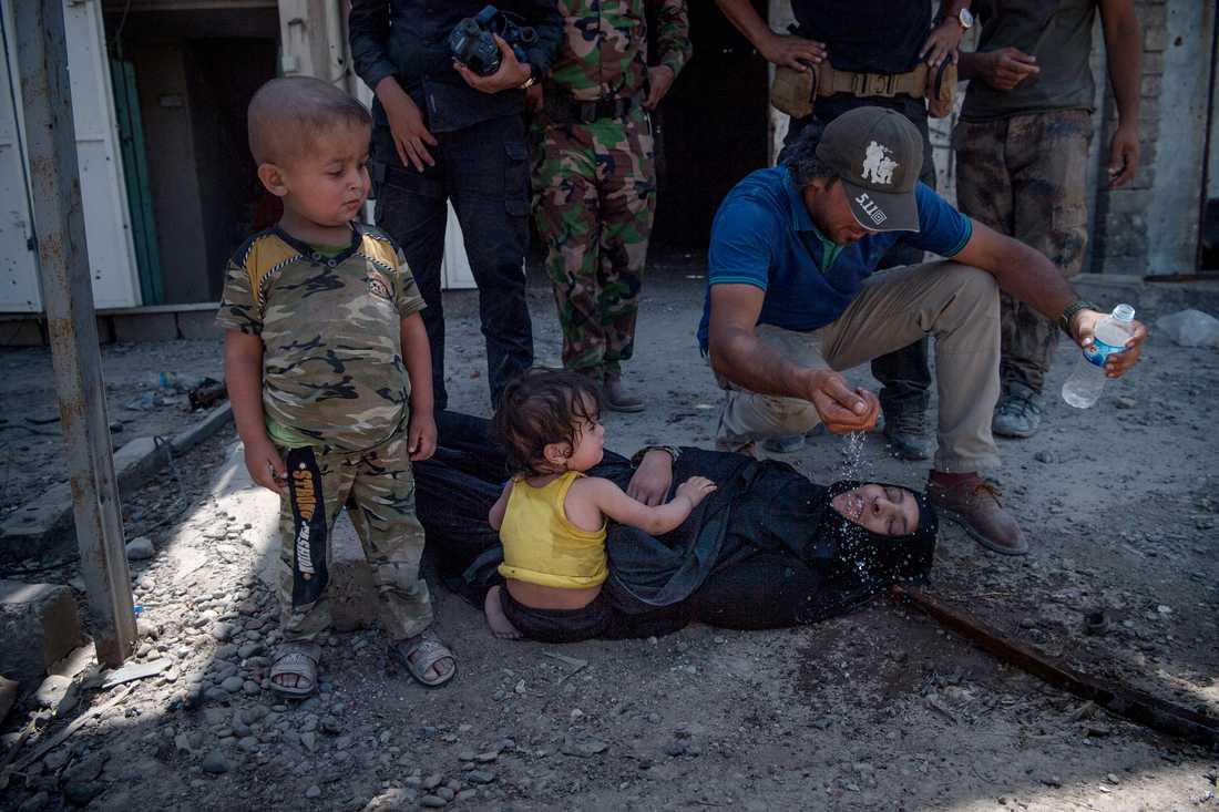 Massdöd i terrorsektens spår. Mosul befrias, sommaren 2017. En mamma till två små barn dör av utmattning inför ögonen på Aftonbladets utsända.