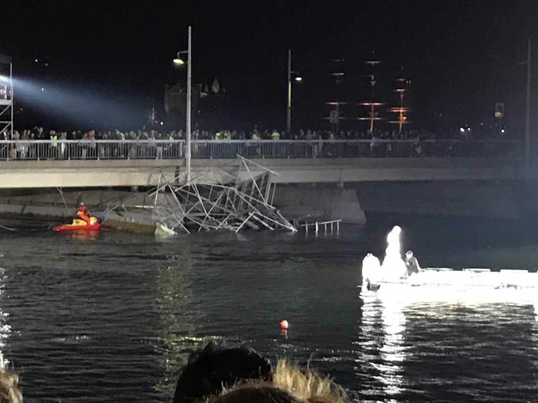 Ställningen rasade ner i vattnet.