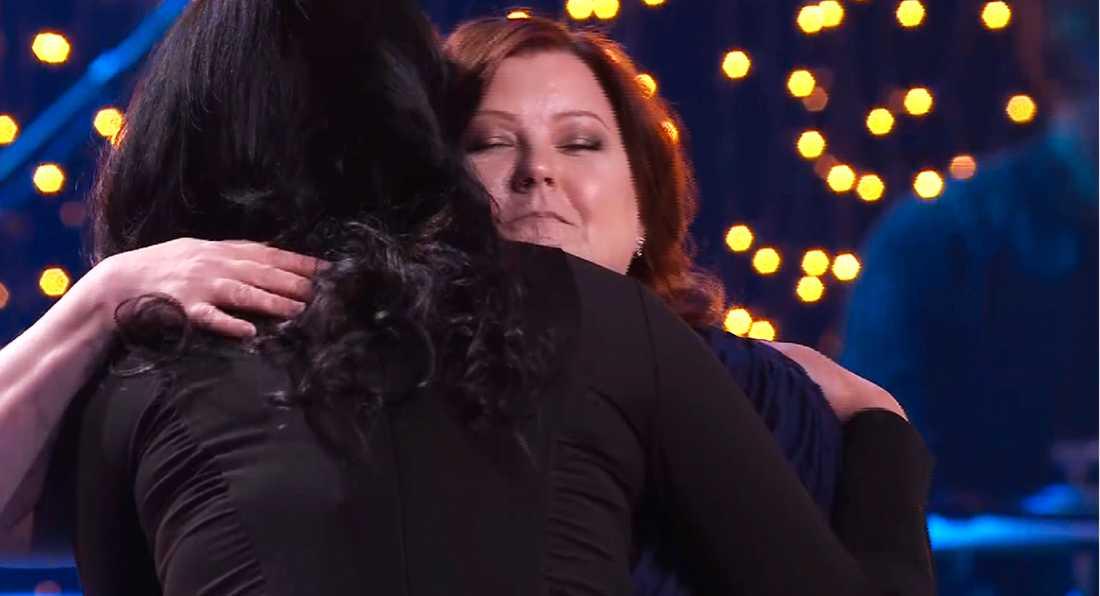 Sofie Björk gav Jenny en innerlig kram när de träffades igen på Svenska Hjältar-galan.
