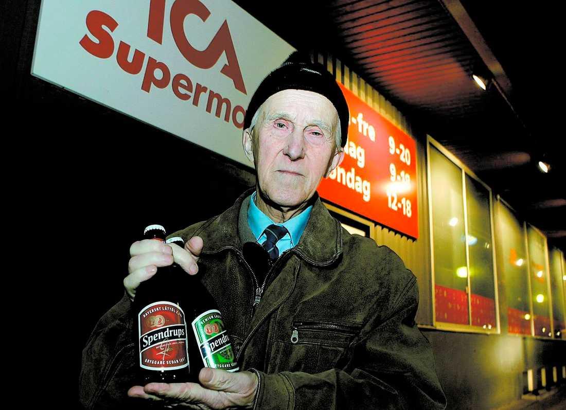 Åldern inne? Trots att Per-Eric, 77, handlat på Icabutiken i 40 år ombads han visa legitimation när han skulle köpa lättöl. Ica försvarar sig med att alla, till och med den egna personalen, ska visa leg.