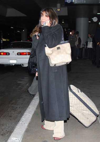 Save Britney! Lynne Spears anländer ensam till Los Angeles. Oklart vad hennes planer för resan är.