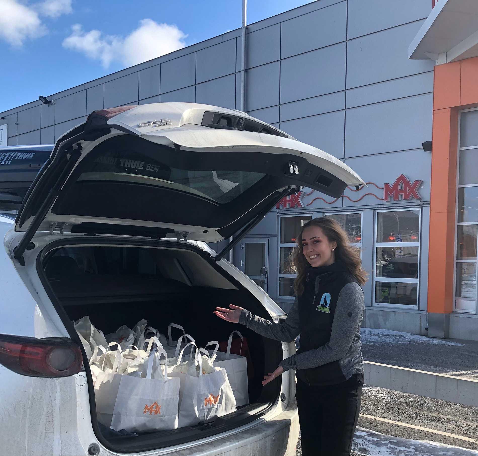 Rebecka Karlsson, 16, delade ut mat från bakluckan.