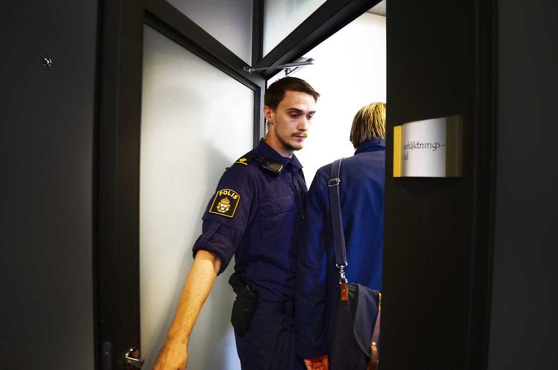 Polis vid häktningsförhandlingen.