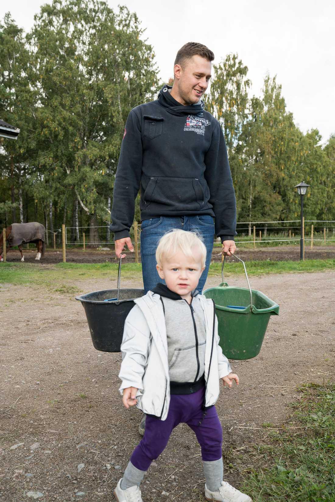 I hästtjänst - som så ofta - hemma på gården i Bålsta, utanför Stockholm.