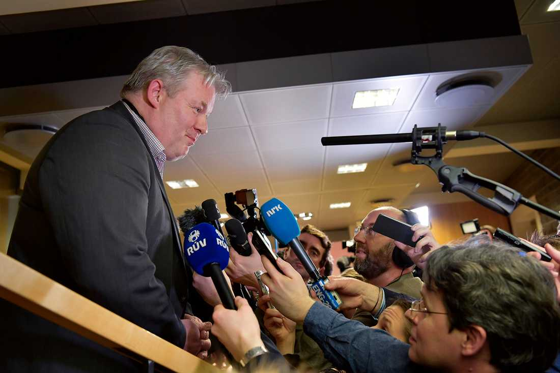 Sigurður Ingi Jóhannsson talar med pressen.