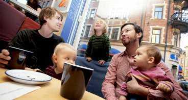 Anders, pappa till Katja och Erik , ägnar sig åt lite skönt fikahäng tillsammans med Pål och Febe.
