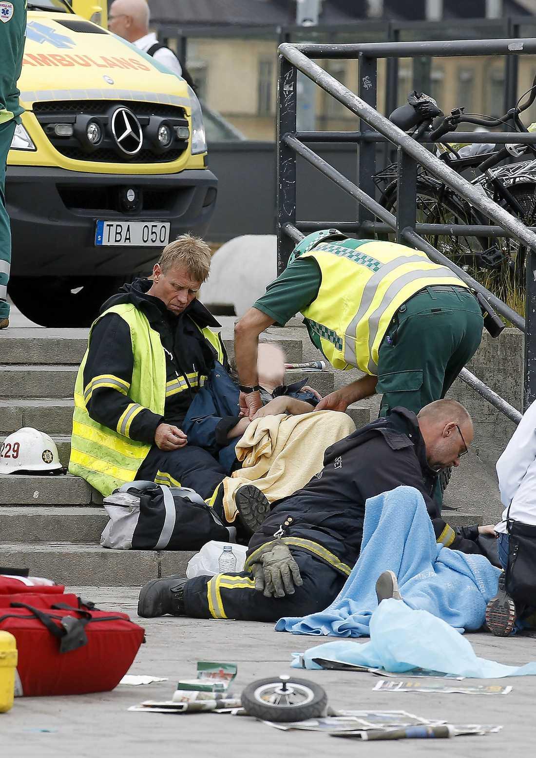 SEX SAKADADE Räddningstjänsten var snabbt på plats vid Slussen efter olyckan. Sex personer skadades när buss 55 körde in i folksamlingen.
