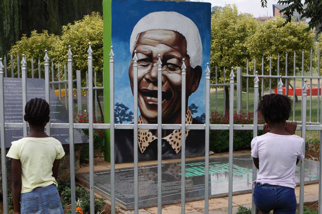 Några barn vid en hedersplats i en park i Soweto. En hyllning till Nelson Mandea, anti-apartheidledaren som blev Sydafrikas förste folkvalda president i ett val med rösträtt för hela befolkningen.