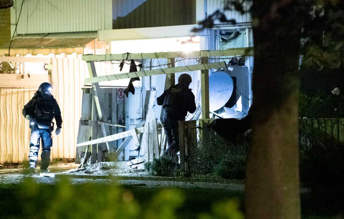 Nationella bombskyddet undersöker fastigheten på Högaholm i Malmö natten till onsdagen.