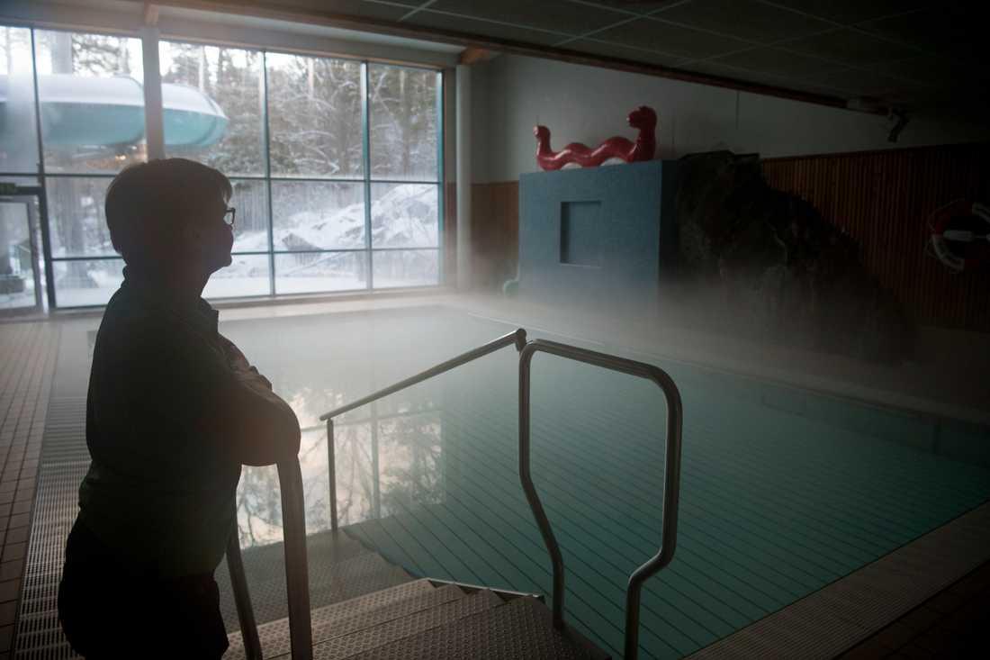 Gustavsbergsbadets vd Elisabeth Strömberg vid en av de rykande bassängerna. Badet är strömlöst efter stormen Alfrida.