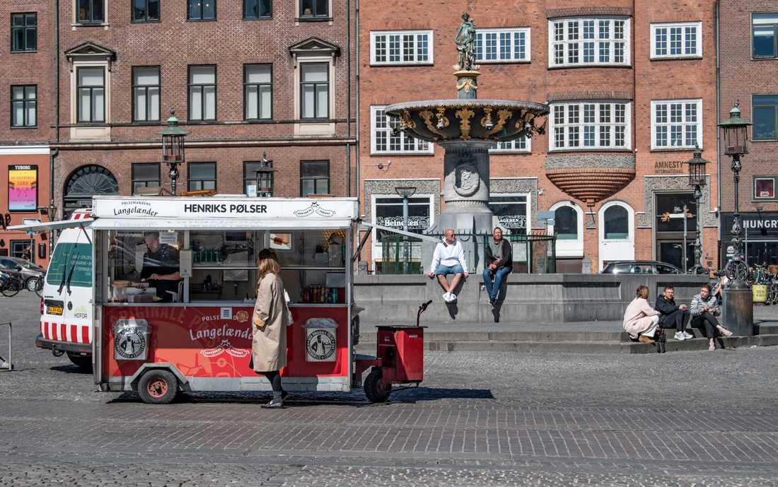 Henrik Rigtrup, pølseförsäljare på Strøget i Köpenhamn med en av få kunder vid lunchtid på tisdagen.
