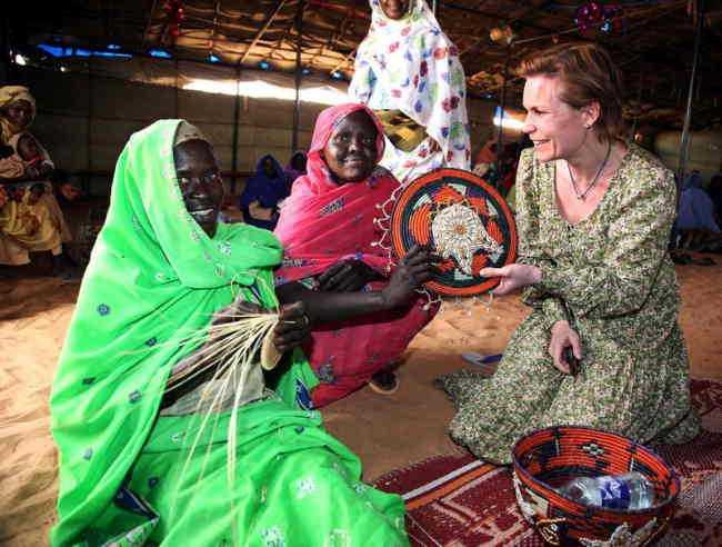 HALV MILJARD TILL KVINNOR OCH BARN Svenskt bistånd ska rädda livet på 50 000 kvinnor och 250 000 barn, skriver debattörerna. På bilden: biståndsminister Gunilla Carlsson i Sudan.