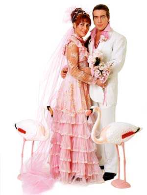 Låt prinsessdrömmen ta form i bästa Las Vegas-anda. Rosa tyll och spetsklänning 500 kronor Myrorna/Tomtebogatan. Plastblommor från samma ställe. Rosa tyll 20 kronor/m från Dollys tyger. Han har vit kostymbyxa 1 695 kr och kavaj 3 995 kr, Häger. Svarta boots 950 kr, Network. Flamingos 495 kr, Coctail.
