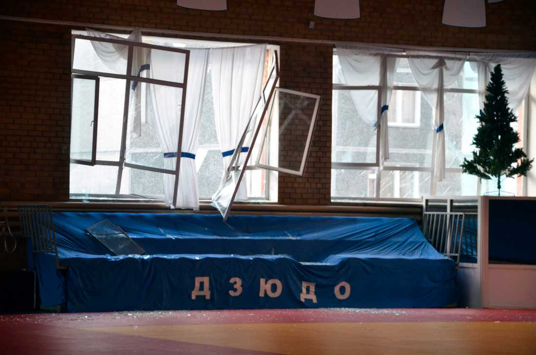 Här kan du se fler förstörda rutor efter den enorma tryckvåg som meteoritnedslaget skapade. Den här bilden är tagen i en sporthall i ryska staden Chelybainsk.