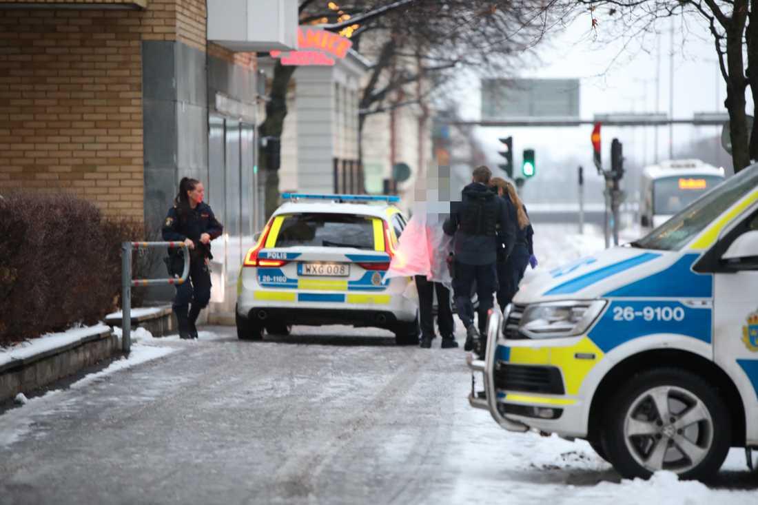 Polisen grep en man på platsen misstänkt för mordförsök.