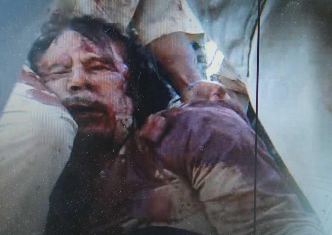 Diktatorns blodiga kropp visades upp av NTC-soldater.