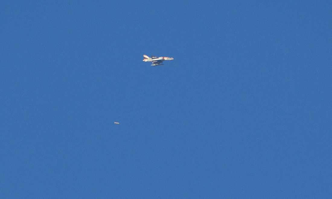 Ett israeliskt attackplan under flygräden i morse.