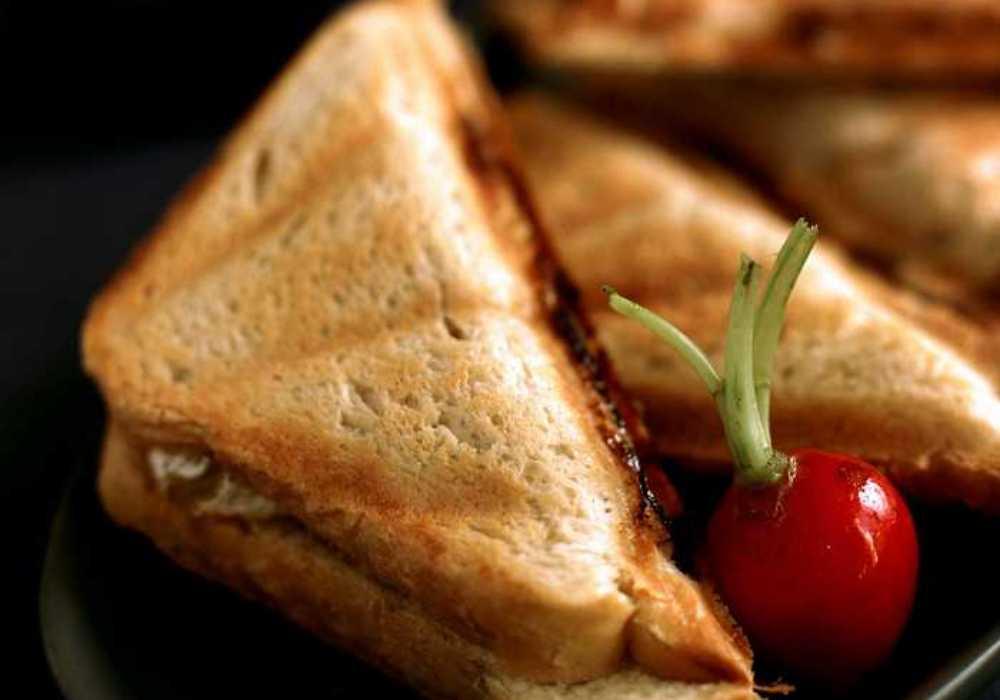 Varm våffelmacka med brie och mango chutney