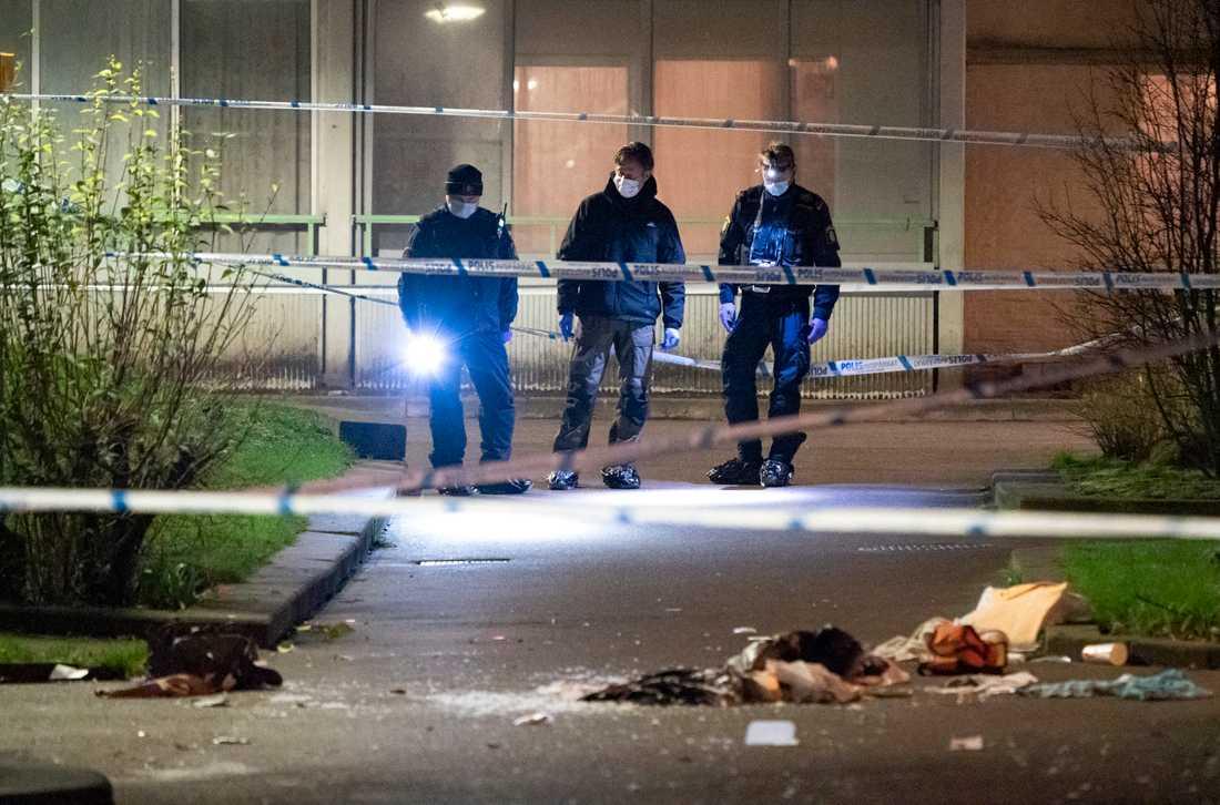 Polisens kriminaltekniker på plats efter att en person har förts till sjukhus efter en skottlossning i Malmö i torsdags. Nu har en 15-åring häktats som misstänkt för mordförsök. Arkivbild.
