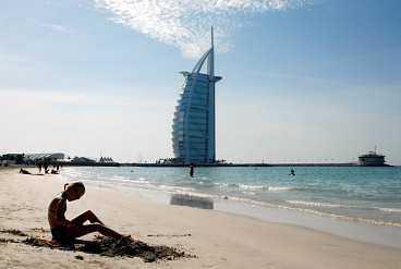 """Jumeira beach i Dubai. I bakgrunden syns världens högsta hotell """"Arabernas torn"""" som är 321 meter högt och byggt på en konstgjord ö i Persiska viken."""