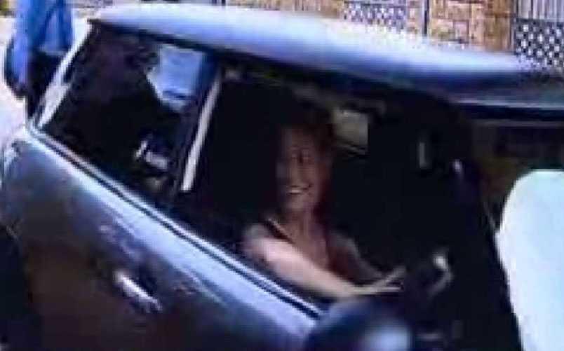 Sydafrikanska TV-programmet Carte Blanche visar övervakningsbilder från bostadsområdet när Steenkamp ankommer till parets hem. Några timmar senare är hon död.
