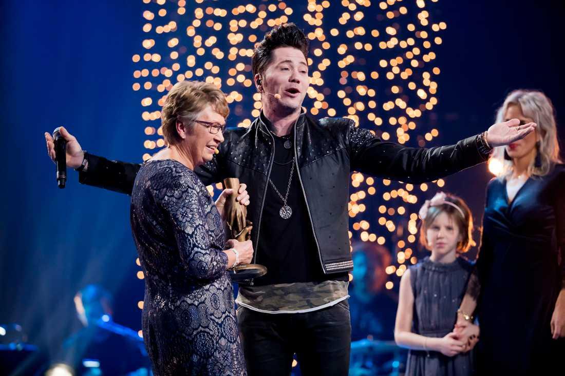 Anitas idol Brolle dök först upp på en bildskärm, och Anita trodde inte sina ögon när han kom ut på scenen i egen hög person - och dessutom sjöng bara för henne. Dessutom ska han dyka upp och ha julgransplundring hos Anita i Örebro.