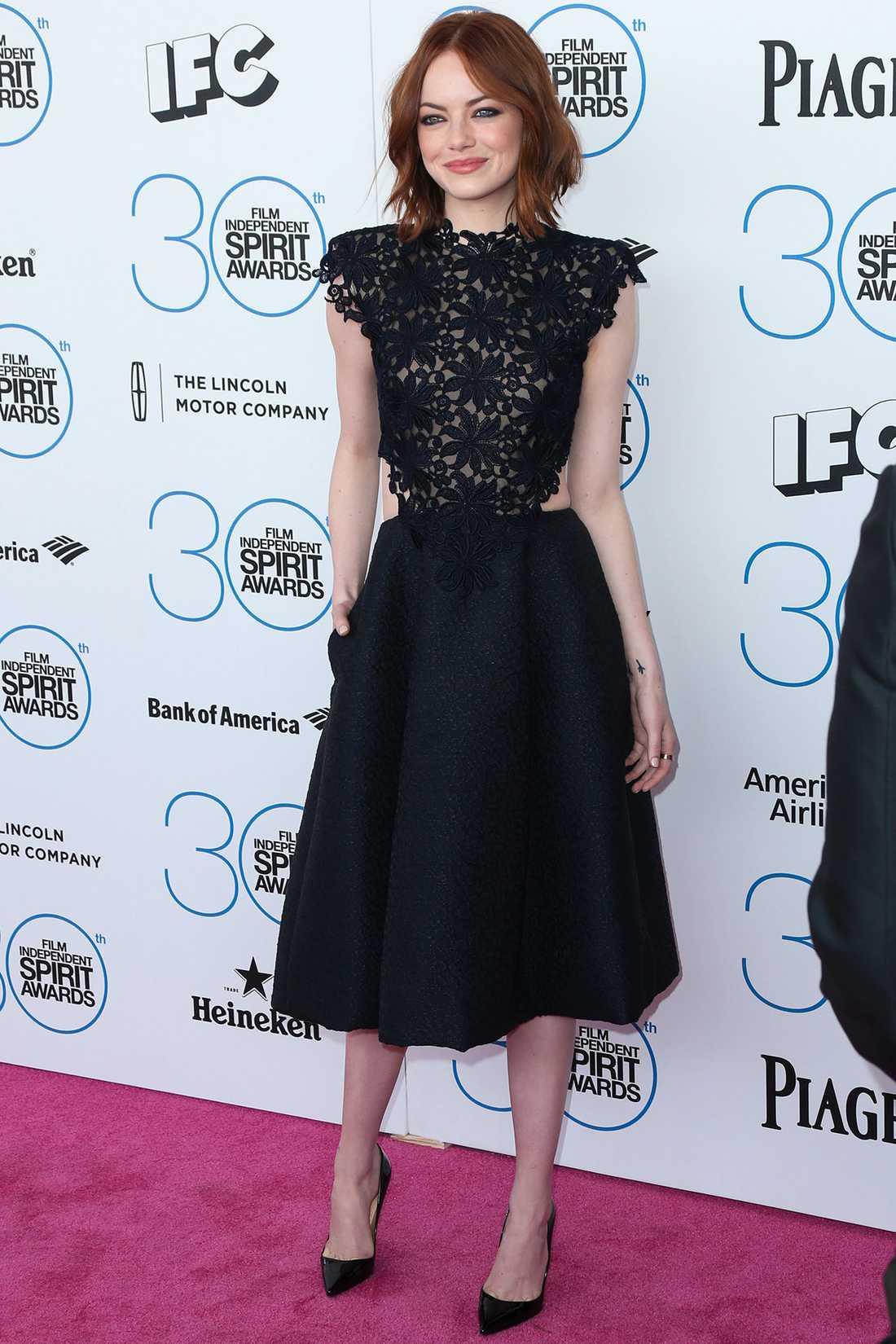Emma Stone Vi älskar i stort sett allt som Emma bär och denna svarta klänning med spetsöverdel är en ny favorit. Superelegant!