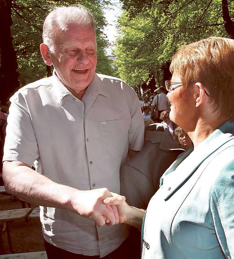 LEDARMÖTE Thorbjörn Fälldin och Maud Olofsson skakar hand på Centerstämman. Men det blir nog inga fler stämmor för Fälldin, nu när Olofsson har suddat ut hans hjärtefråga.