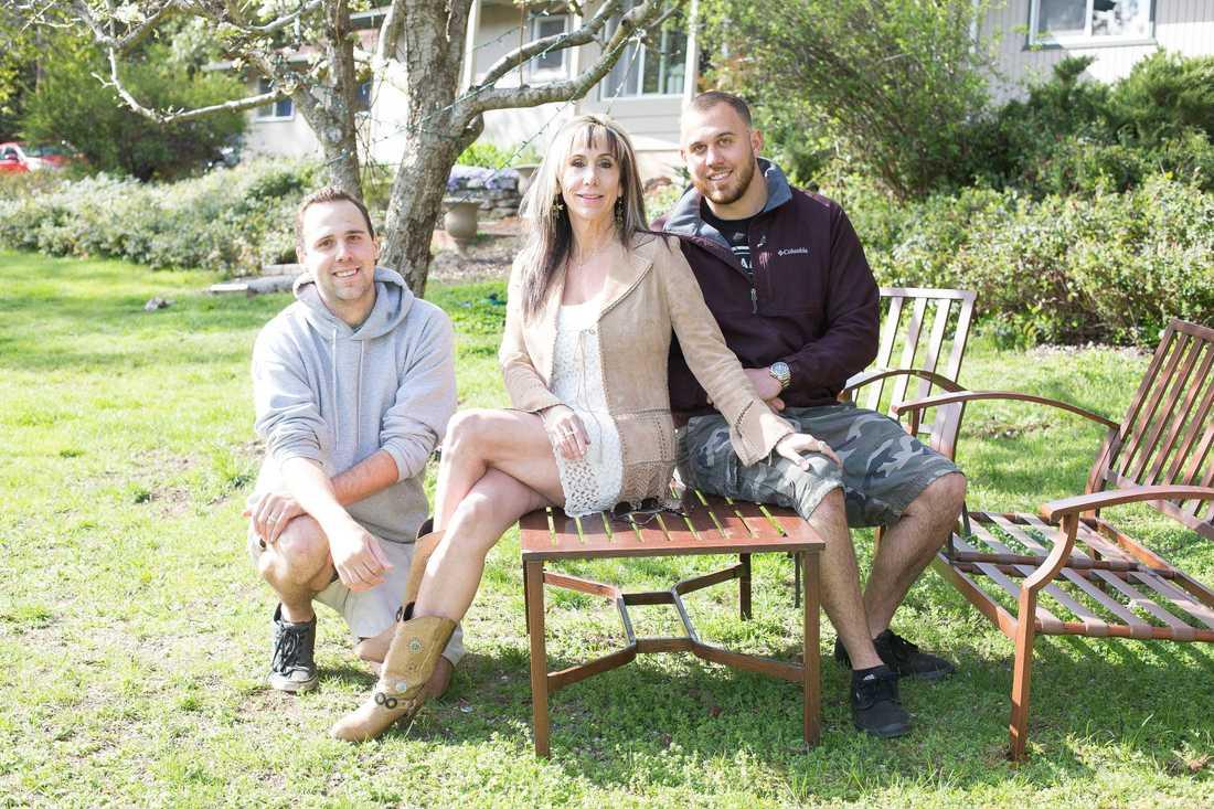 Megan Markles brorsöner Thomas Dooley och Tyler Dooley med hennes halvbrors ex-fru Tracy Anne Dooley.